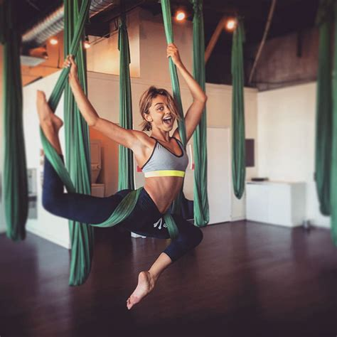 sarah hyland takes out her modern family star sarah hyland gets body shamed and
