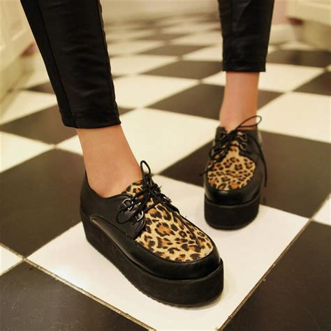 Sepatu Platform 8 fashion item 90 an yang kembali menjadi trend masa kini