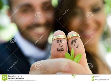 Eheringe Lustige Bilder by Eheringe Auf Ihren Fingern Gemalt Mit Der Braut Und Dem