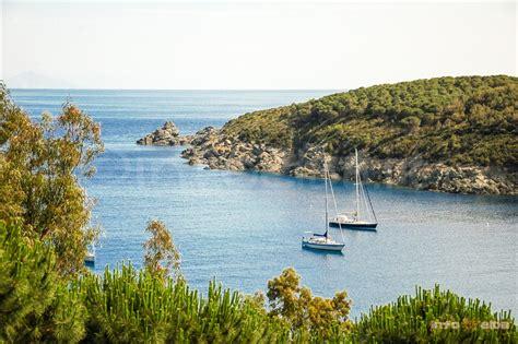 isola d elba in barca a vela navigando lungo le coste dell isola d elba