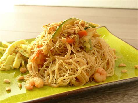 cucinare spaghetti di riso spaghetti di riso con gamberi e verdure il di
