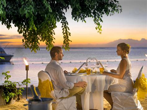 love couple romantic dinner   beach hd love wallpaper