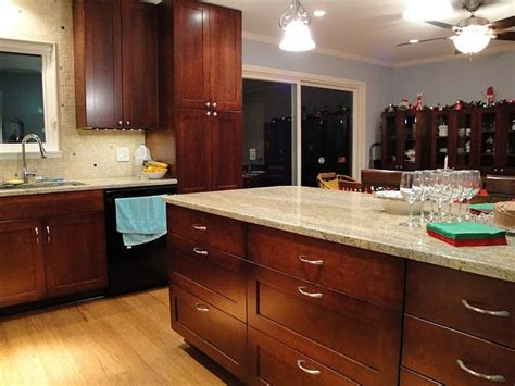 cabinets with handles in the middle 9 best kitchen hardware images on pinterest kitchen
