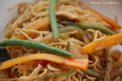 cuisiner nouilles chinoises nouilles chinoises saut 233 es aux l 233 gumes maman 231 a d 233 borde