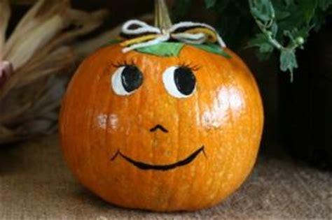 como decorar calabazas sin cortarlas bride and groom decorated pumpkins