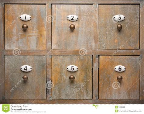 antike stehle de antieke houten laden de archiefkast stock