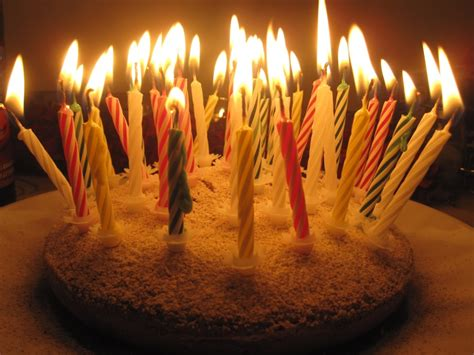 torta con candele curiosita compleanno si spengono le candeline la