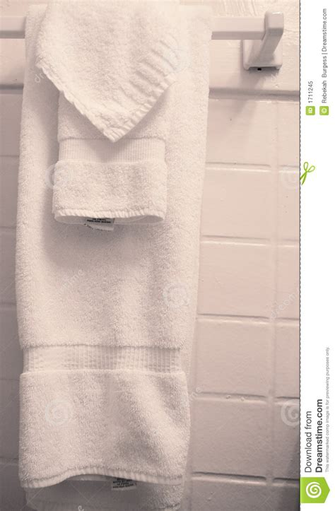 where to hang towels in small bathroom how to hang towels in a bathroom my web value