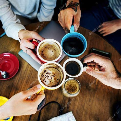 imagenes graciosas tomando cafe amigos tomando caf 233 en la barra fotos de stock
