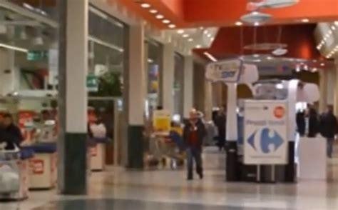 centro commerciale a pavia deve ritirare il forno al supermercato parcheggia l auto