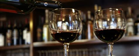 bicchieri di vino volontari aiutano alcolizzati dando loro da bere gratis e