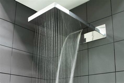 calciatori doccia da spogliatoio i calciatori slittano nella doccia