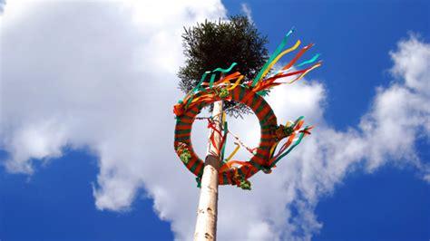 wann ist mittsommer maibaum und pfingstbaum bedeutung und tradition zu pfingsten