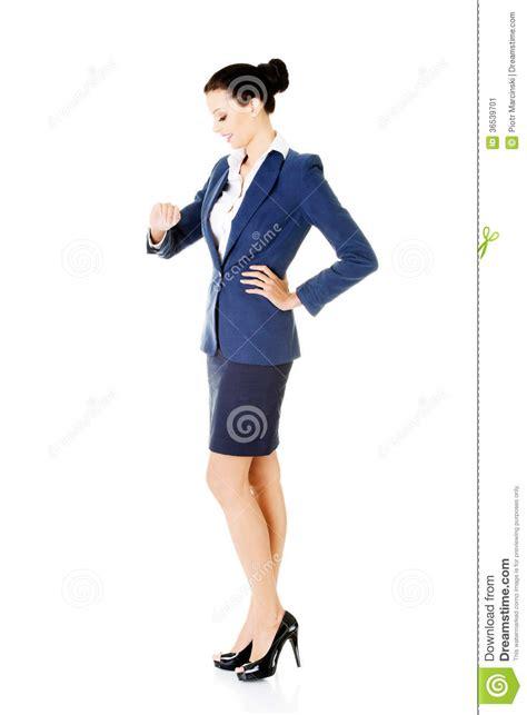 lavoro ufficio sta la giovane donna di affari sta esaminando il suo orologio