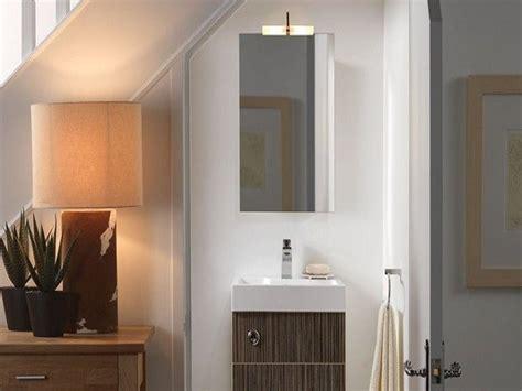 desain kamar mandi bawah mendesain dengan memanfaatkan area kecil bawah tangga