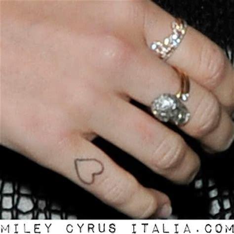 tatuaggio interno dita tutti i tatuaggi di miley cyrus foto pi 249 significato