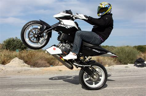 2009 Ktm 690 Duke Review 2009 Ktm Duke 690 Review Motorcycle Review And Galleries