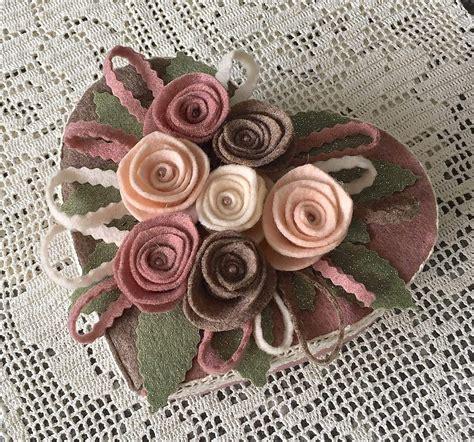 fiori a forma di cuore scatola di cartone a forma di cuore rivestita e decorata