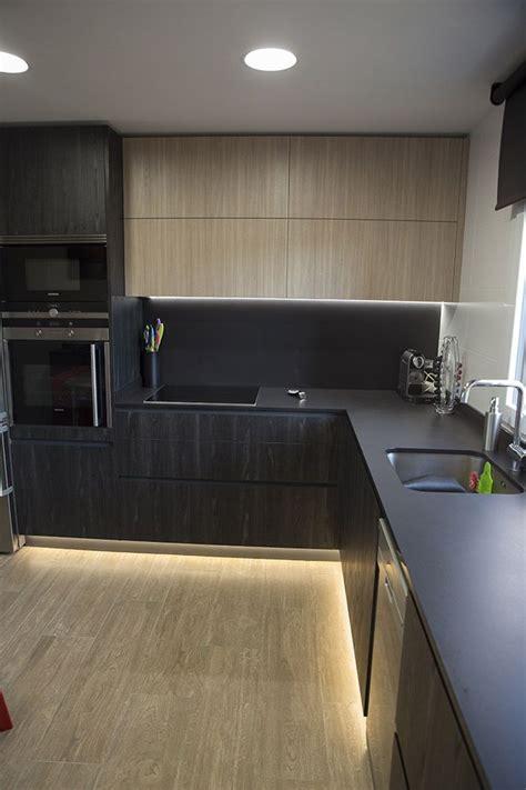 cocina negra moderna luz led bajo los muebles cocinas