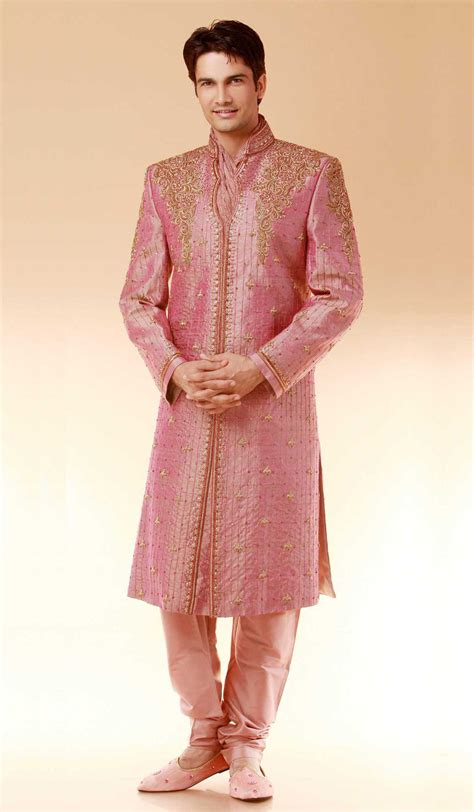 style clothing for traditional dresses that are in fashion realm in india