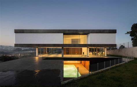 impressionnante maison contemporaine avec porte 224 faux flottant et sa piscine en sous sol