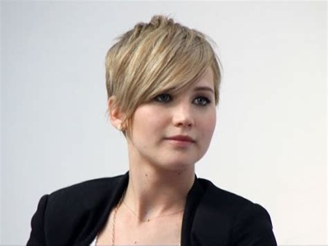 is jennifer lawrence hair cut above ears or just tucked behind jennifer lawrence grows out her hair no more pixie do