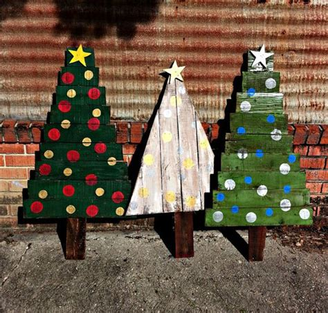xmas pallet decor 38 reclaimed wood christmas d 233 cor ideas digsdigs