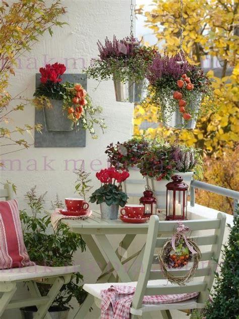 grand pot de fleur 1717 autumn balcony with gaultheria calluna salbei