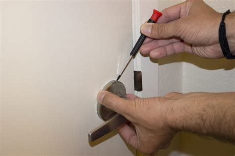 Door Knob No Screws by How To Remove A Lever Door Handle Without Screws Ehow