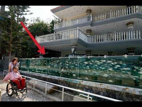 rumah unik  dikelilingi pagar aquarium jutaan
