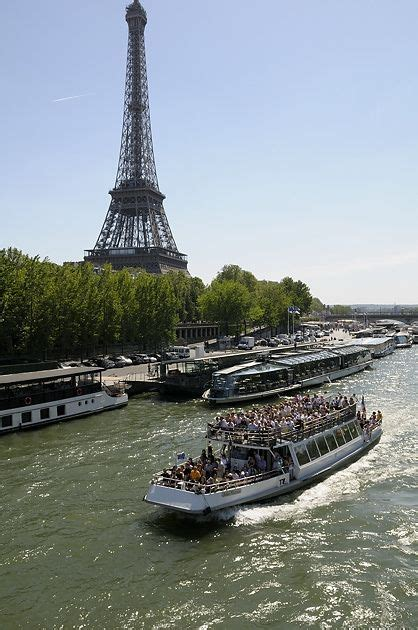 boat trip near eiffel tower sightseeing boats seine river paris france places i