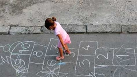 imagenes de niños jugando la rayuela 13 juegos tradicionales para ni 241 os