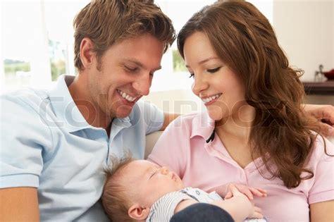 baby zu hause up eltern kuscheln neugeborene baby zu hause