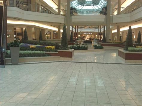 nivel inferior picture of the gardens mall palm