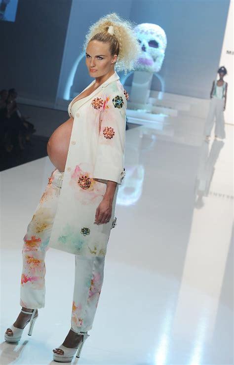 schwanger auf dem bauch liegen f 252 r michalsky mit bauch schwanger model begeistert n tv de