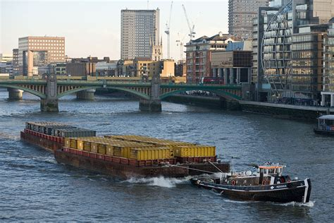thames river cruise london wikipedia file barge on river thames london dec 2009 jpg wikipedia