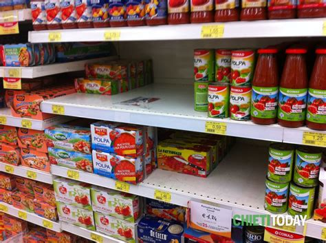scaffali supermercato gli scaffali dei supermercati iniziano a svuotarsi foto