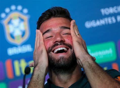 goleiro do brasil alisson volta a agitar web por beleza