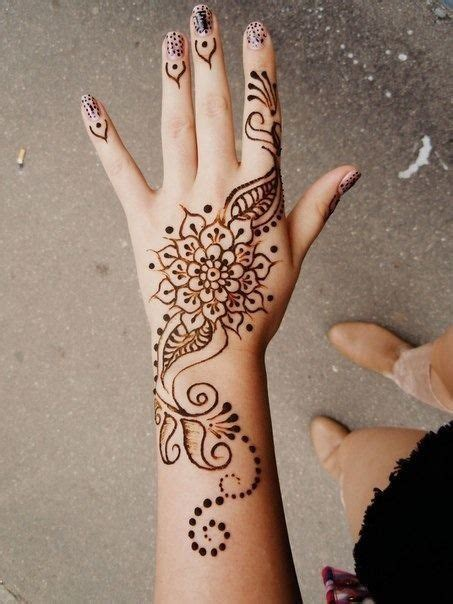 cool henna tattoos on hand 25 best ideas about drawings on on