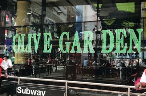 Times Square Olive Garden by Are Paying 400 To Spend New Year S At The Olive