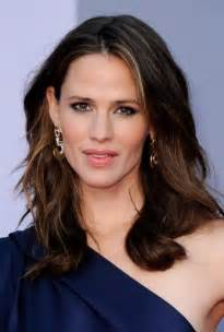 med length pictures of haircut for 40 jennifer garner medium length wavy hairstyle for women
