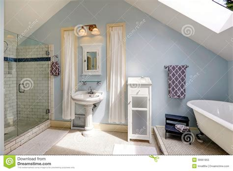 Charmant Salle De Bain Antique #2: salle-de-bains-de-velux-avec-la-baignoire-antique-39961855.jpg