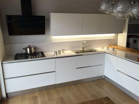 Bella Piano Cucina In Quarzo #2: cucina-artigianale-moderna-con-penisola-laccata-bianco-opaco-con-bancone-rovere-vecchio-top-quarzo_O1.jpg