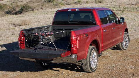 al volante di una ford il drone al volante di una ford l automobile