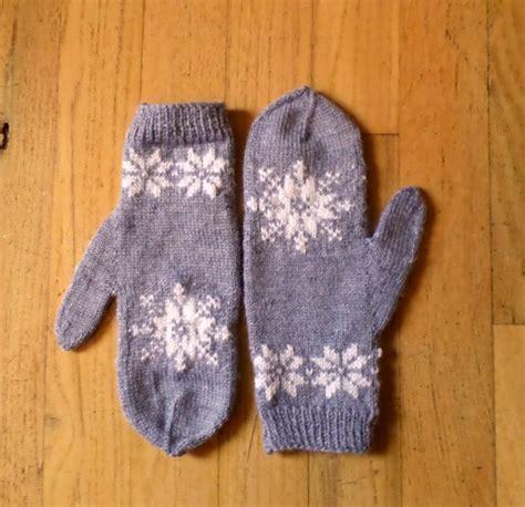 snowflake pattern knitted mittens frozen snowflake mittens allfreeknitting com