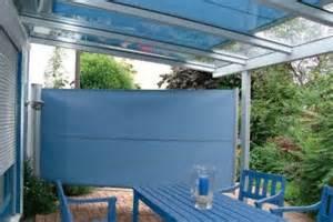sichtschutzrollo terrasse eine terrasse unter einem glasdach garten pflanzen