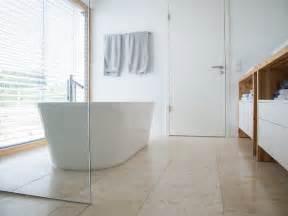 Charming Sol De Douche En Bois #2: Salle-de-bain-travertin-carrelage-sol-travertin-baignoire-ilot.jpg