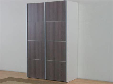 kleiderschrank schiebetüren weiß farbgestaltung wohnzimmer braun
