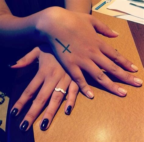 hand cross tattoos mais de 1000 ideias sobre cross on no