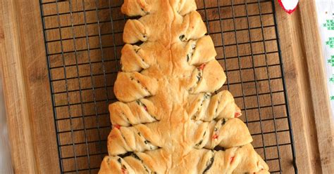 cresent roll christmas tree with spinach spinach dip stuffed crescent roll tree the two bite club